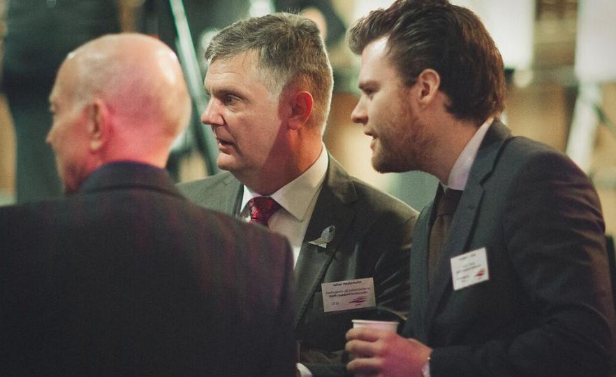 Jag i samtal med Andreas Halse, Socialistisk Venstre, under GAPF-galan. Foto: Mikael Wilmarsgård