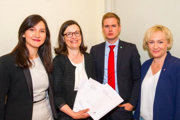 Bild från regeringen.se. Från vänster till höger: Aida Hadzialic, Anna Ekström (GD Skolverket), Gustav Fridolin, Helene Hellmark Knutsson. Foto: Mikael Lundgren/Regeringskansliet