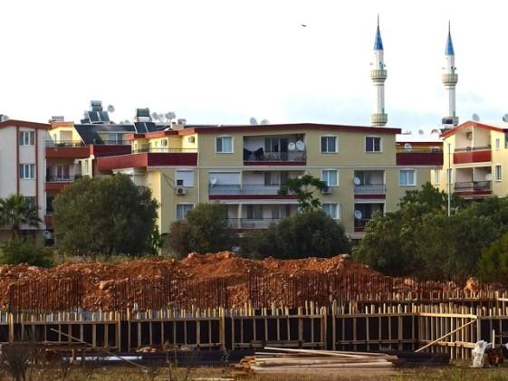 Allt fler religiösa skolor byggs nu i Turkiet. Den här blivande religiösa skolan är under uppbyggnad i Didim. Foto: Helene Bergman