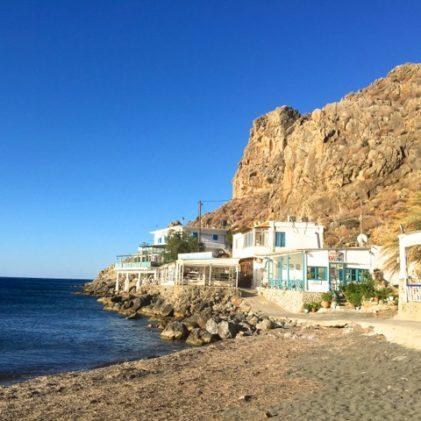 Tavernorna ligger tätt på hyllan mellan Libyska Havet och Lejonklippan i Lentas, Kreta. Foto: Helene Bergman