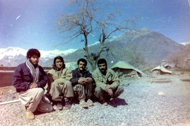 Amineh Kakabaveh tillsammans med sina kamrater i peshmergagerillan i de kurdiska bergen.