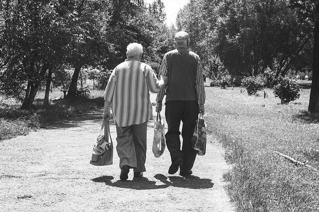 Pensioner nästa stora konflikt i Frankrike - Sverige målas upp som avskräckande exempel